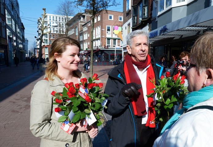 Giselle Schellekens deelt samen met minister Ronald Plasterk rode rozen uit
