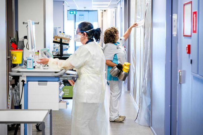 De verpleging van een coronapatient op de cohortafdeling van het Elisabeth TweeSteden Ziekenhuis (ETZ).