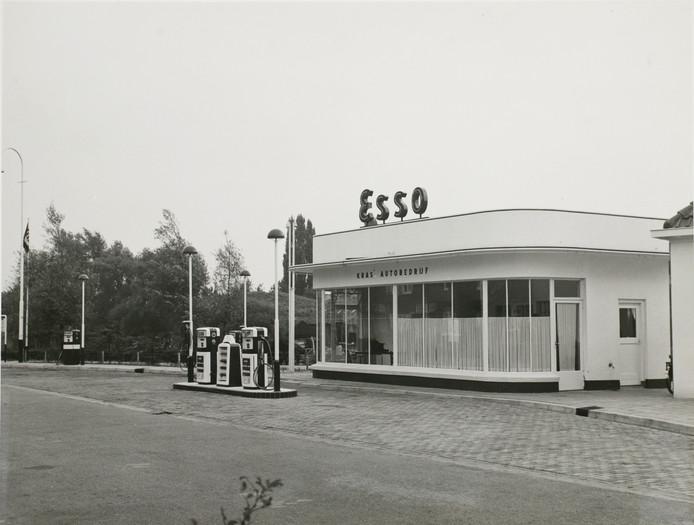 Foto van het bezinestation op 28 augustus 1958. Zo wil het CDA het graag terugzien.