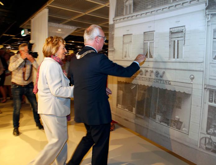 Burgemeester Jan-Frans Mulder (rechts) en Yolande Morres openden de tentoonstelling, door de oude winkel van Morres aan de Bierkaaistraat 'binnen te stappen'.