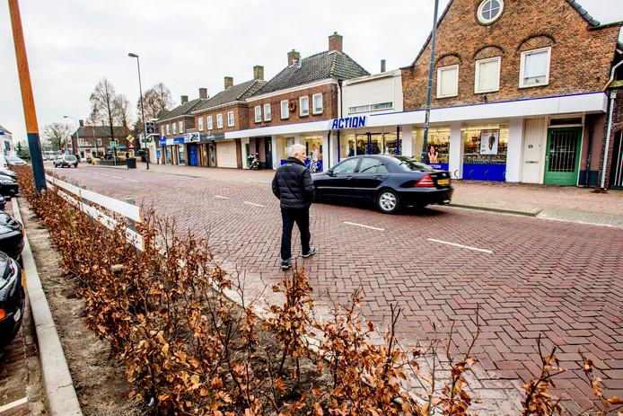 Zebrapad weg of niet: voetgangers blijven ter hoogte van de Action in Vlijmen de Akkerstraat oversteken.