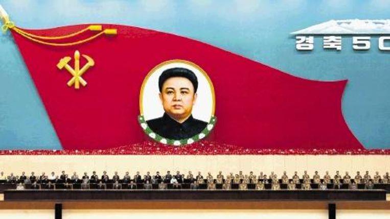 Noord-Korea lijkt nog het meest op een gigantisch toneel, met de Geliefde Leider (die bekend staat als filmfanaat) als almachtige regisseur. (AFP) Beeld