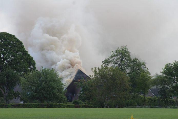 Een kantoor boven een woning heeft vlam gevat.