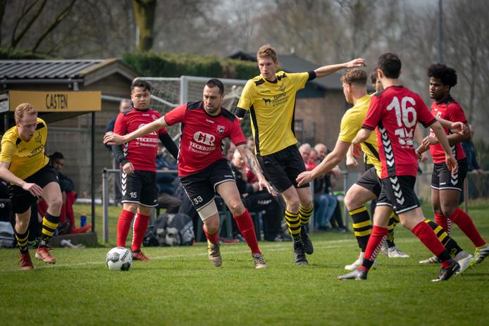 Beeld uit de wedstrijd tussen Redichem en AZ 2000. Beide clubs zitten in degradatieproblemen.