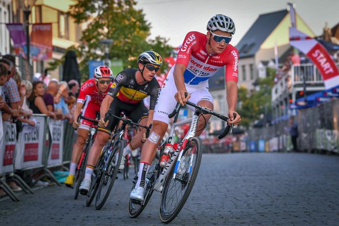 Mathieu van der Poel rijdt dinsdag een wegwedstrijd.