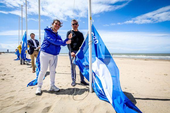 Zuhal Demir en Bredens burgemeester Steve Vandenberghe hijsen de blauwe vlag.