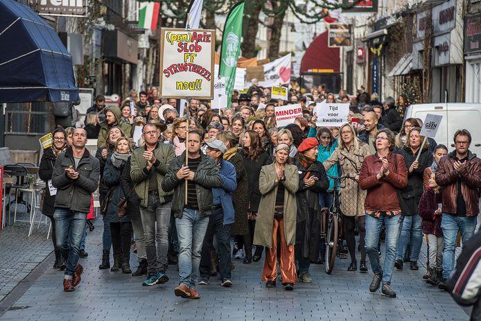 Pix4Profs/Ron Magielse Stakend onderwijspersoneel maakt protestmars (hier via Halstraat) vanaf kasteelplein naar het stadskantoor ivm landelijke actiedag.