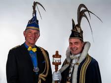 Prins Joannes en adjudant Arthur zwaaien scepter in Ploegersland