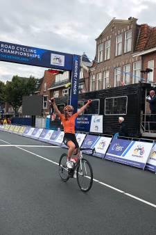 Enterse Ilse Pluimers rijdt eerste koers in kampioenstrui