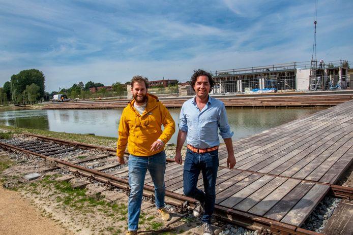 De bouw van restaurant T-huis is in volle gang, eind dit jaar kunnen Dirk de Leeuw en Lennart Veersma hun horecazaak op het Spoorpark openen.