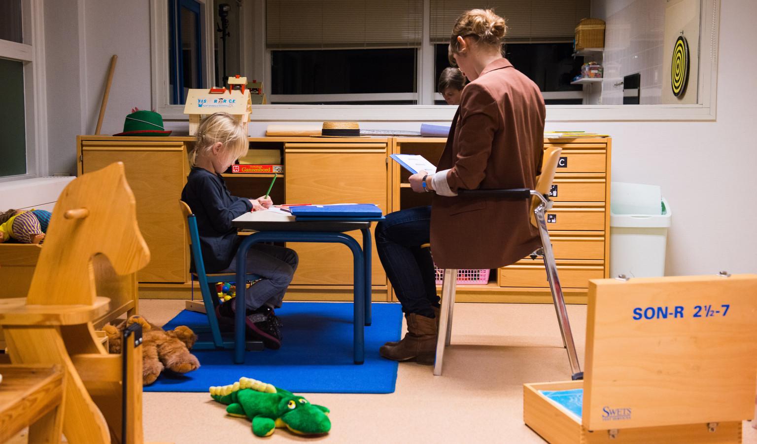 Een jeugdhulpverlener in gesprek met een meisje in een jeugdhulpverleningscentrum.