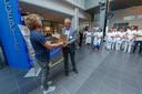 Roosendaal - 30-7-2019 - Foto: Pix4Profs/Marcel Otterspeer - Het actie-comite van Bravis ziekenhuis onder leiding van Wessel van Meer trapt af voor de cao-acties in het ziekenhuis. Er wordt een stapel handtekeningen aangeboden aan Hans Ensing, raad van bestuur.