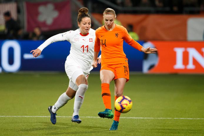 Jackie Groenen in actie tegen Zwitserland.