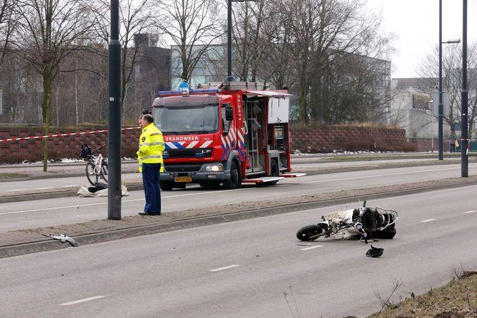 De 18-jarige vrouw reed op een brommer toen ze werd geschept door het arrestatieteam. foto Bert Jansen