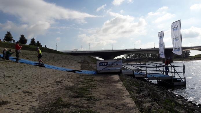 Uit het water en naar de fiets voor 20 kilometer wielrennen langs de Spiegelwaal in Nijmegen.