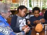 Kinderen en bejaarden spelen samen in Heuvelrug: 'Ik vind het heel leuk!'