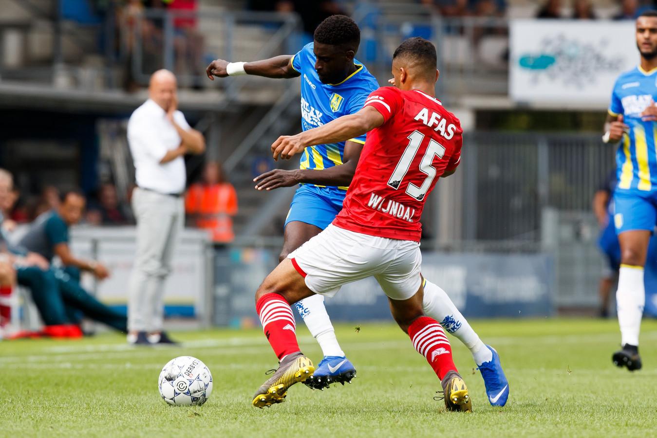 Darren Maatsen in duel met Owen Wijndal.