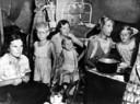 Nederlandse vrouwen en kinderen in een jappenkamp in Nederlands-Indië.