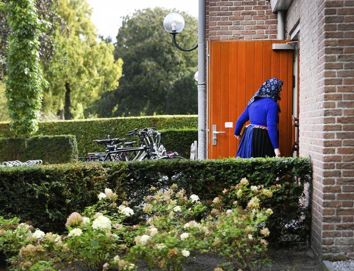 Een kerkgangster, zondag, bij de Hersteld Hervormde Kerk in  Staphorst. De kerk kreeg bedreigingen omdat er diensten met honderden mensen werden gehouden.