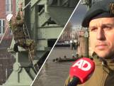 Officieren in spé beklimmen De Hef in Rotterdam