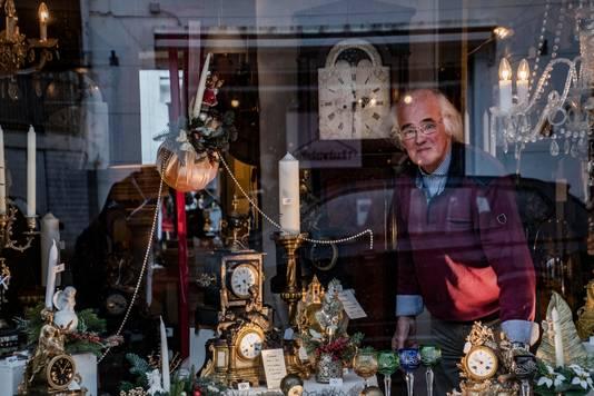 """,,En op mijn 72ste heb ik deze zaak met antieke klokken opgezet. Ik werd ouder, met meubels sjouwen ging niet meer."""""""