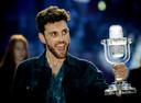 Duncan Laurence op het podium nadat hij het Eurovisie Songfestival heeft gewonnen. De zanger stond in de finale met zijn lied Arcade.