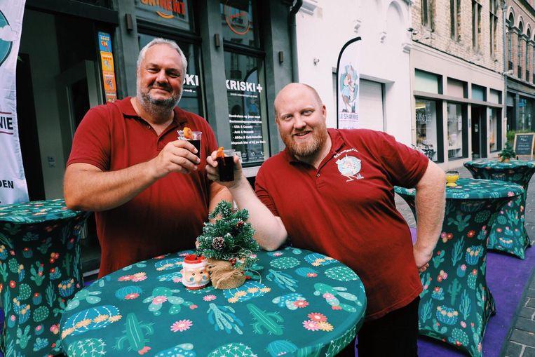 Dirk en Stijn in aan hun Bar Schampavie, met glühwein