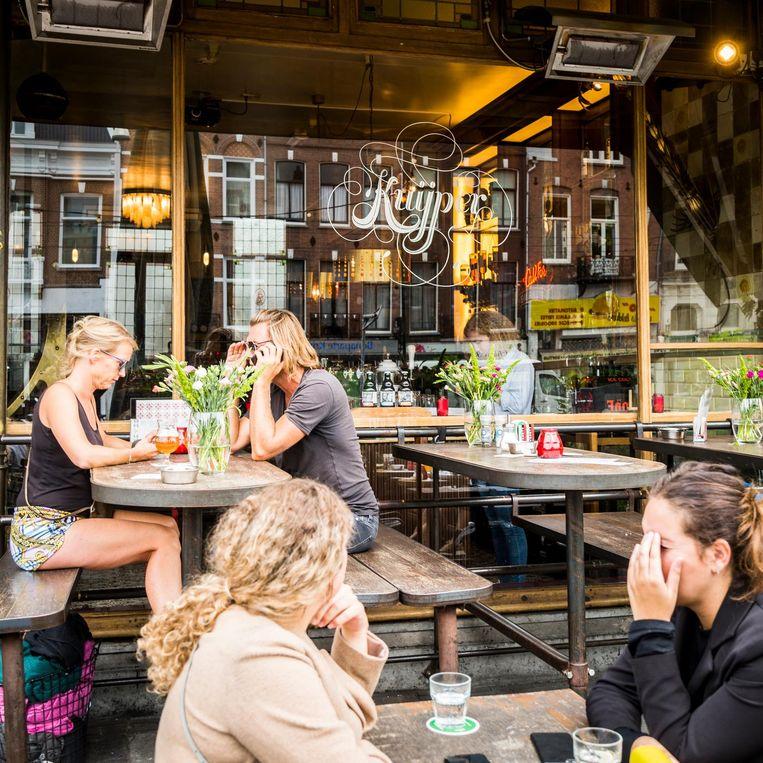'Café Kuijper, op de Linnaeusstraat. Een fijne uitvalsbasis. Er is veel te zien' Beeld Tammy van Nerum