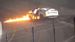 Racepiloot in hachelijke situatie als zijn wagen vuur vat, maar dan schiet zijn vader tussen de vlammen door te hulp