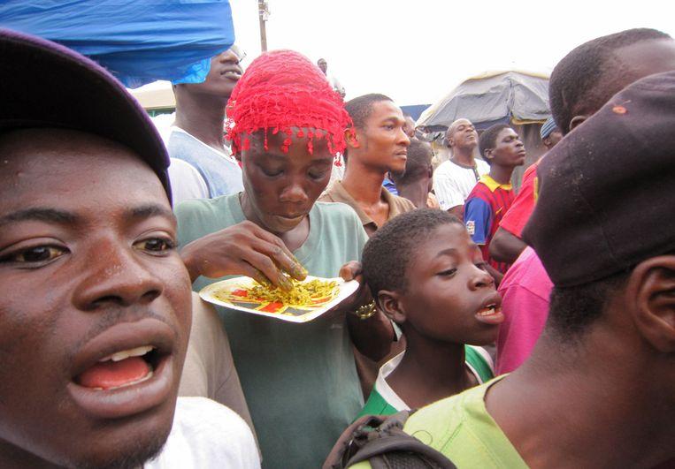 Bezoekers van een bijeenkomst over ebola in Liberia. Beeld ap