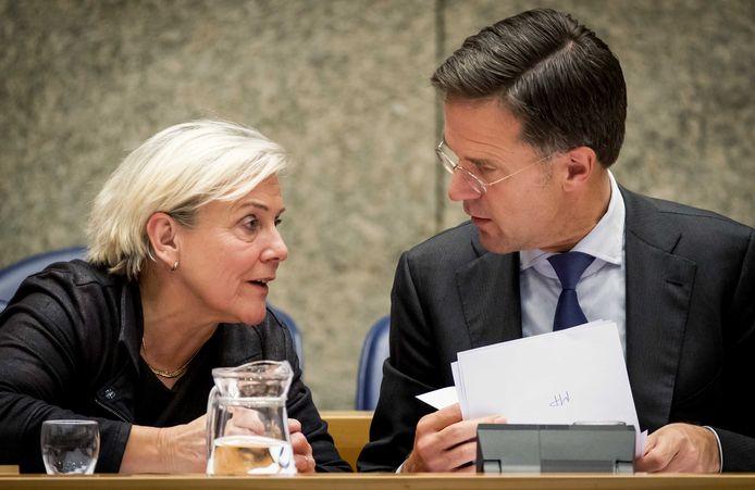 Ank Bijleveld, minister van Defensie, en premier Mark Rutte tijdens het debat in de Tweede Kamer over het bericht dat de premier geïnformeerd zou zijn over de zeventig burgerdoden in Irak.