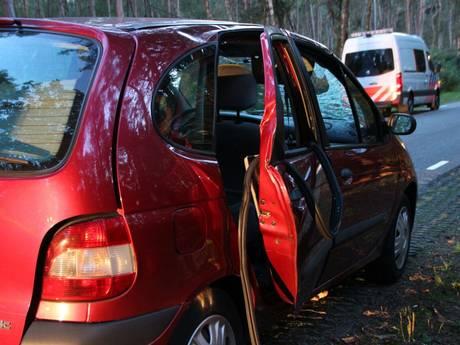 Tak boort zich in rijdende auto, meisje (8) zwaargewond