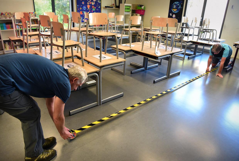 Op de Lorentzschool in Leiden wordt belijning aangebracht. Beeld Marcel van den Bergh / de Volkskrant