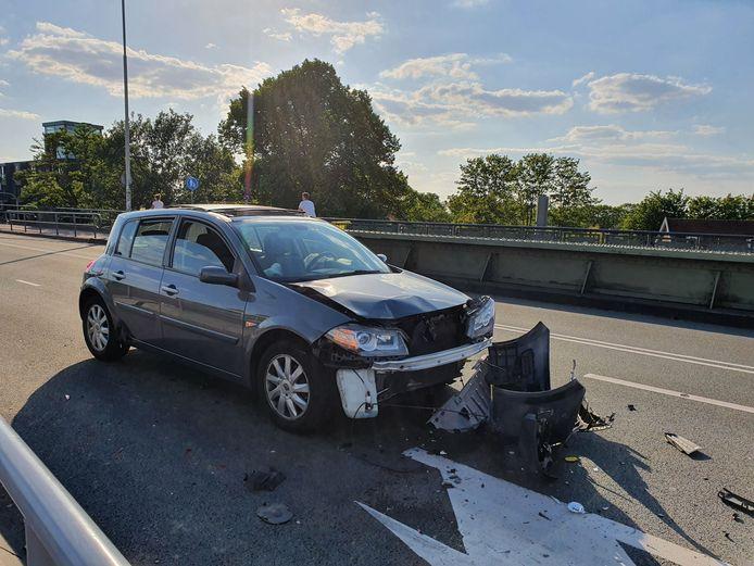 Eén van de auto's die betrokken was bij de aanrijding op de Graafseweg in Nijmegen.
