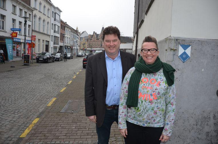 Burgemeester Filip Anthuenis en participatieambtenaar Els De Pauw aan de Groentemarkt die zal heringericht worden na een inspraakronde voor de Lokeraars.