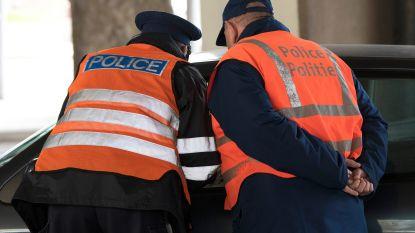 Man probeert zich snel te verstoppen tijdens politiecontrole