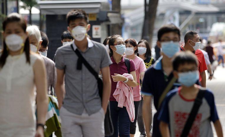 Zuid-Koreanen dragen mondmaskers tegen het MERS-virus. In Zuid-Korea loopt de dodentol van het virus op.