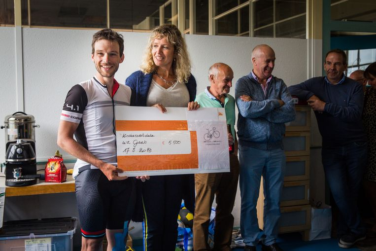 Dieter schenkt 5.500 euro aan het kinderrevalidatiecentrum van het UZ Gent