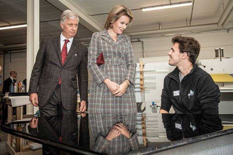Filip en Mathilde in het atelier van Piano's Maene. Hier praat Mathilde met instrumentenbouwer Baptiste Van den Eynde.