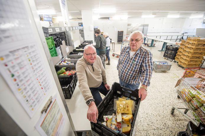 Han Eulderink links en logistiek coördinator Bert Wind in Voedselbank Midden Twente aan de Sloetsweg in Hengelo.