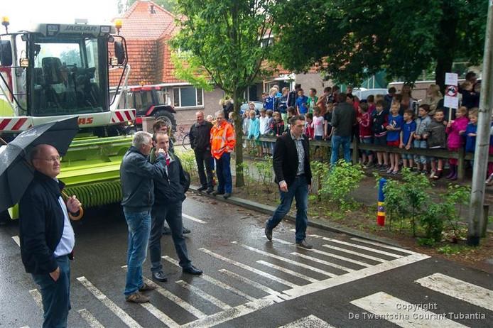 Vertegenwoordigers van de provincie kwamen drie jaar geleden in Fleringen kijken hoe zeer het dorp heeft te lijden van landbouwverkeer en sluipverkeer door het dorp. Wellicht neemt de overlast de komende weken toe in het dorp.