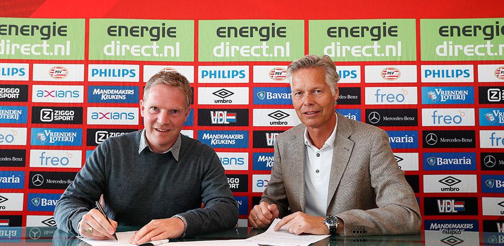 Sander Luiten (l) tekent zijn contract bij PSV.