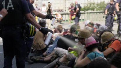 """Franse agenten spuiten traangas recht in gezicht van klimaatactivisten: """"Een schandaal"""""""