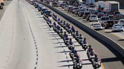 Een nooit geziene processie na massale schietpartij nummer 307