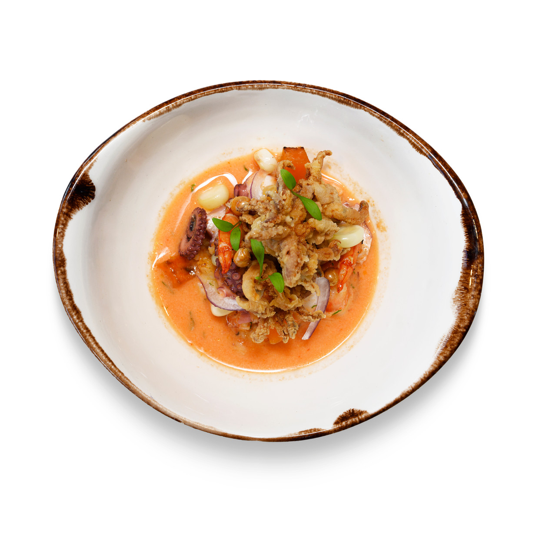 Ceviche Carretillero: gamba's, octopus en gebakken calamari. Beeld Els Zweerink