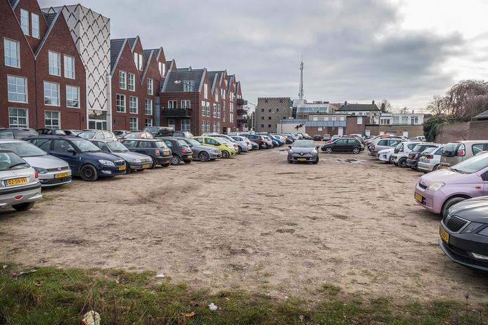 Het onverharde parkeerterrein achter het Dienstencentrum in Cuijk is voor de zomer verhard. Dan liggen er zeker zeventig volwaardige parkeerplaatsen.