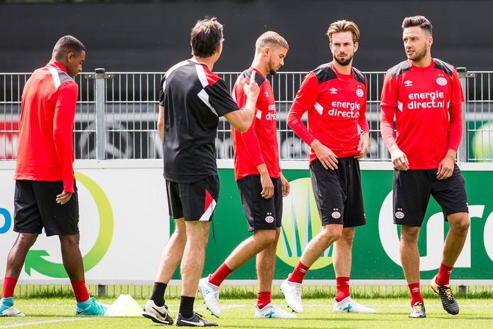 Luuk Koopmans, met ploeggenoten Davy Pröpper, Ramon Lundqvist en Pablo Rosario aandachtig luisterend naar fysiek coach Luc van Agt bij PSV.