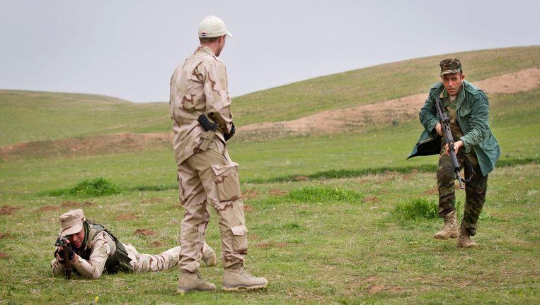 Nederlandse militairen geven schietlessen aan Koerdische Peshmerga-strijders in Erbil in Irak Beeld null