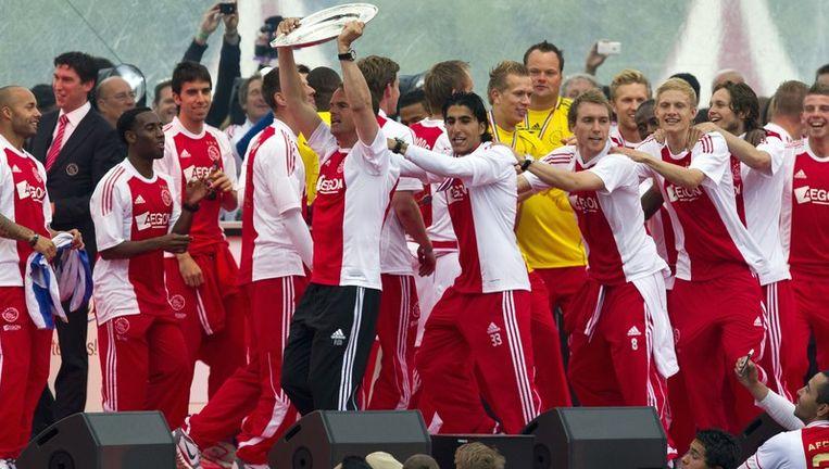 Het winnende team achter coach Frank de Boer aan tijdens de huldiging van Ajax, gisteravond op het Museumplein. Beeld anp