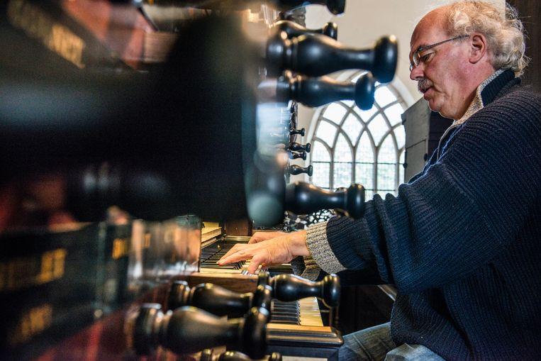Organist Peter Westerbrink bespeelt het Schnitgerorgel van de Der Aa-kerk in Groningen.  Beeld Eva Faché